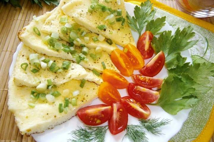 Пышный омлет с молоком и яйцом на сковороде
