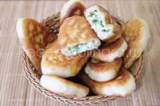 Пирожки жареные с яйцом и зеленым луком на сковороде