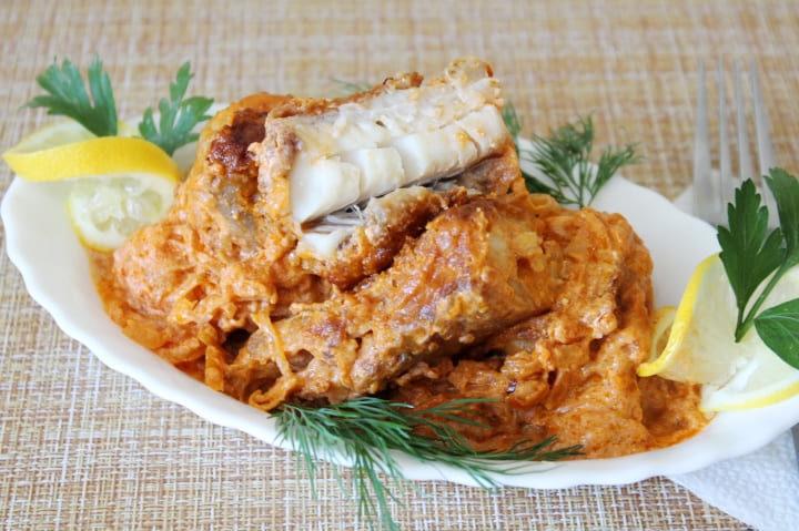 Минтай в сметане с морковью и луком жареный на сковороде