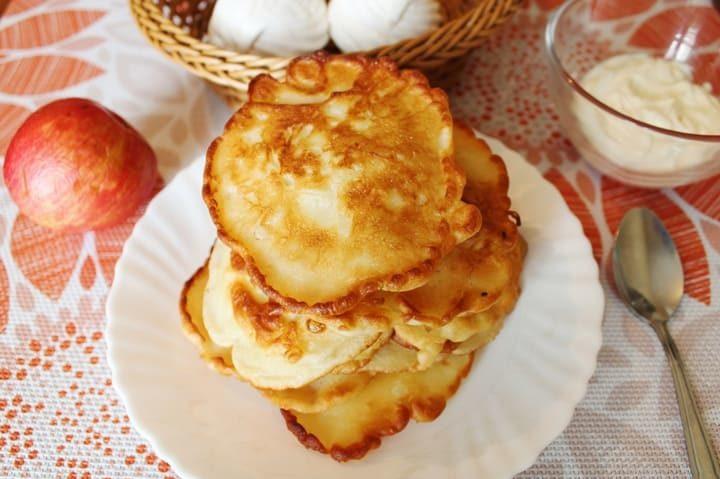 Пышные яблочные оладьи на кефире на сковороде