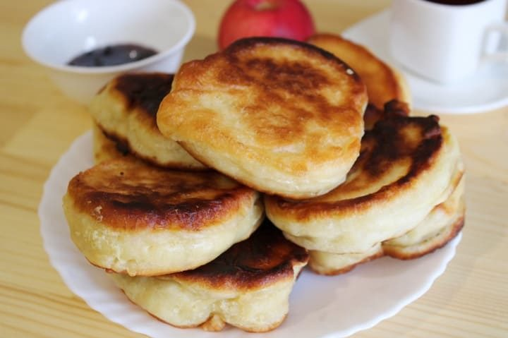 Пышные и вкусные оладьи на кефире без дрожжей с содой на сковороде