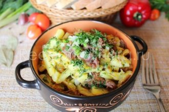 Жареная картошка с тушенкой на сковороде
