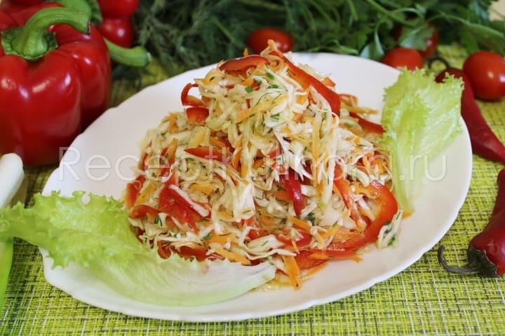 Витаминный салат с капустой морковкой и перцем готов