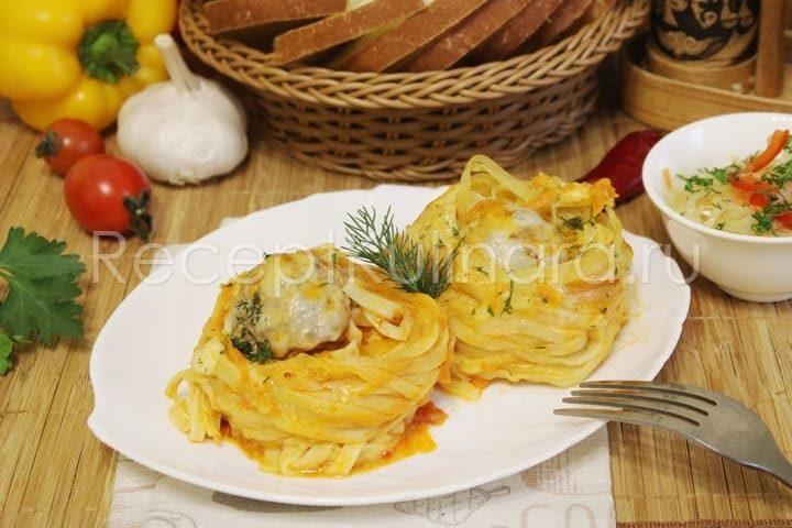 Гнезда из макарон с фаршем на сковороде