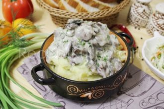 Как приготовить куриные сердечки в сметане с луком на сковороде