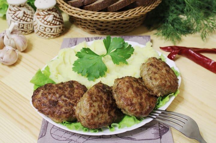 Котлеты из фарша говядины на сковороде сочные и вкусные