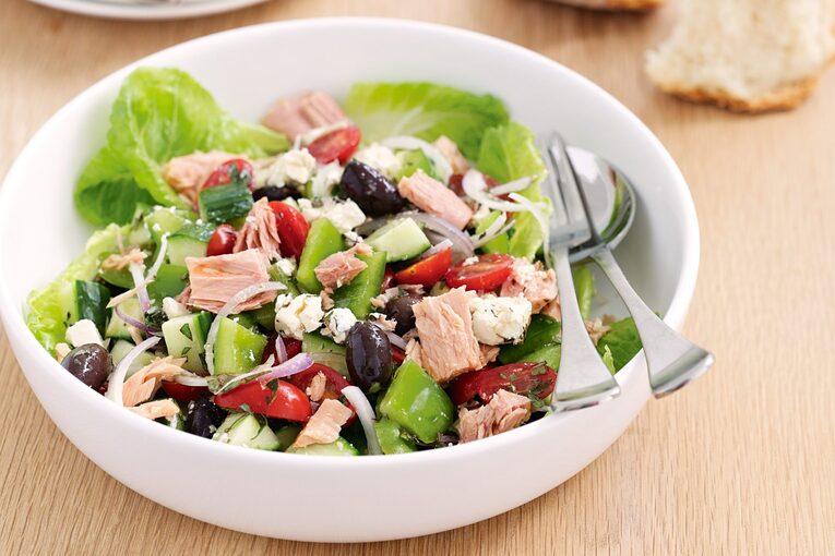 Греческий салат с консервированным тунцом