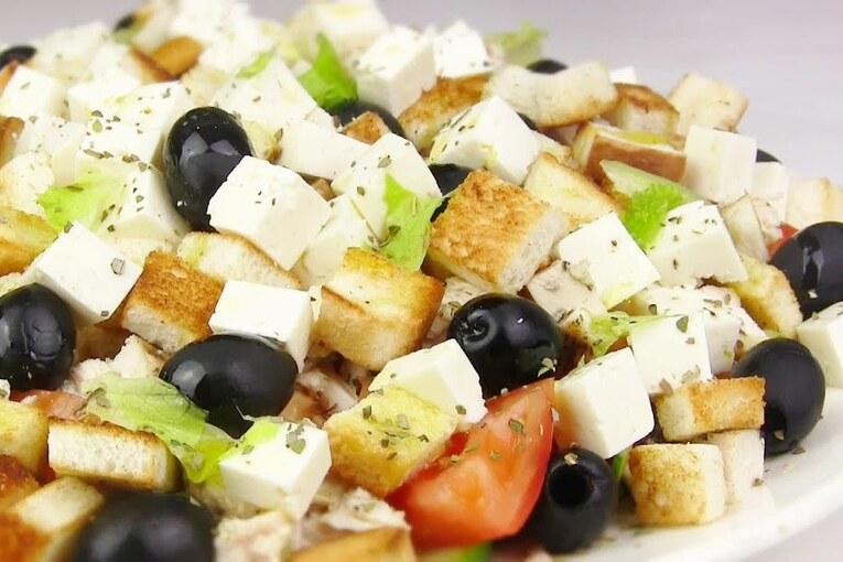 Греческий салат с копченой курицей и баклажанами