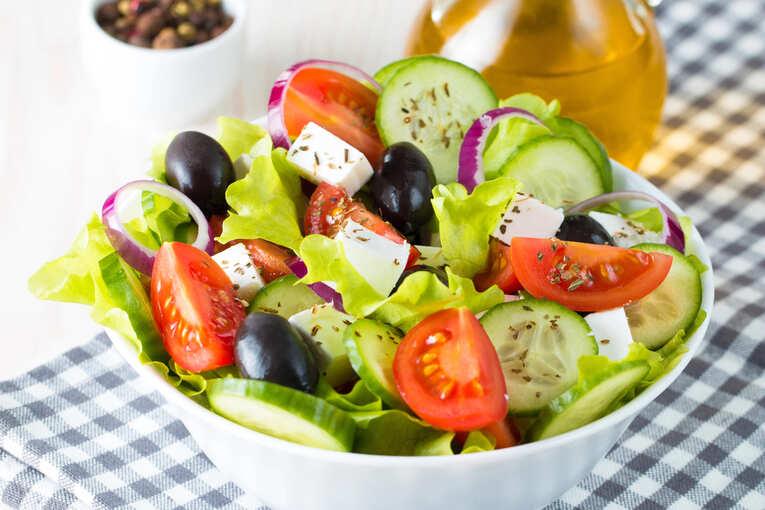 Греческий салат с лимоном и базиликом