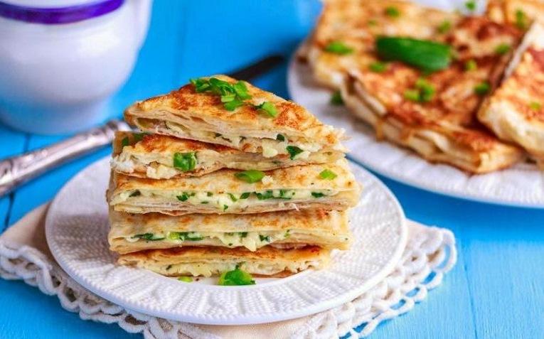Конвертики из лаваша с сыром, помидорами и зеленью