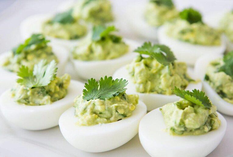 Отварные яйца с гуакамоле