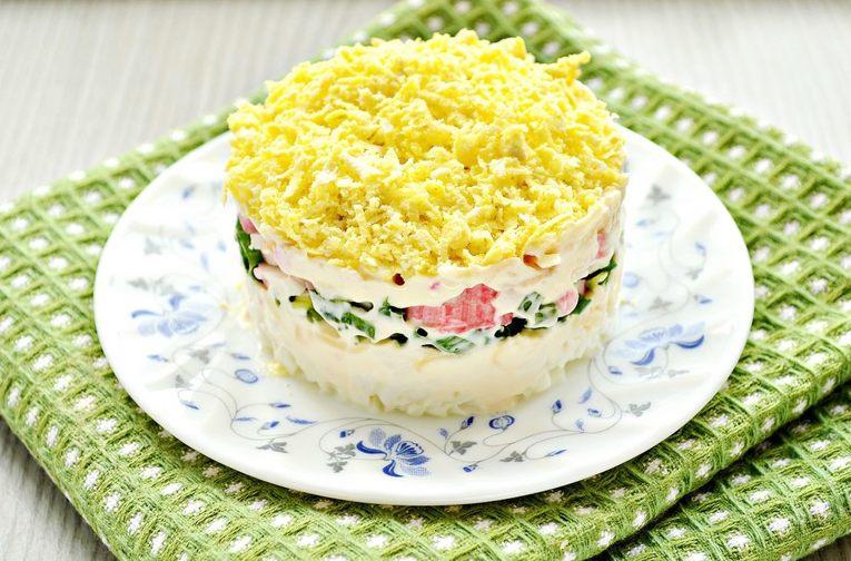 Салат Мимоза с крабовыми мясом и сыром