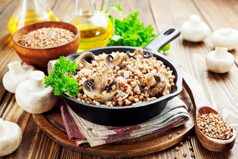 Гречневая каша с овощами и грибочками на сковородке