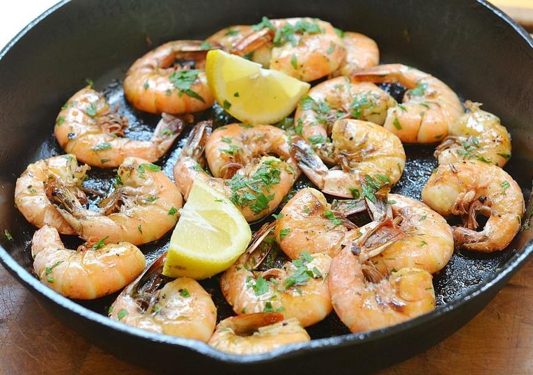Креветки, жаренные на сковородке с чесноком и сливочным маслом