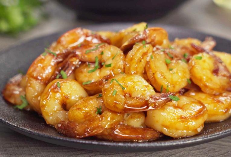 Креветки жареные на сковороде с чесноком и соевым соусом