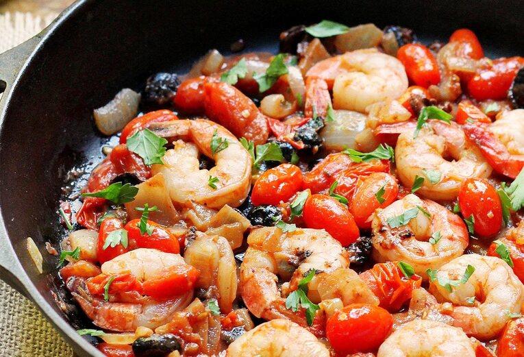 Креветки жареные на сковородке с луком и помидорами