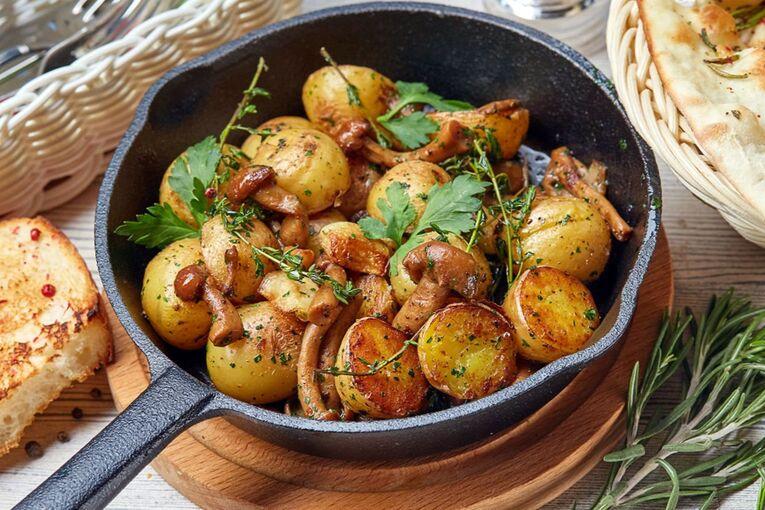 Жареный картофель на сковородке с грибами